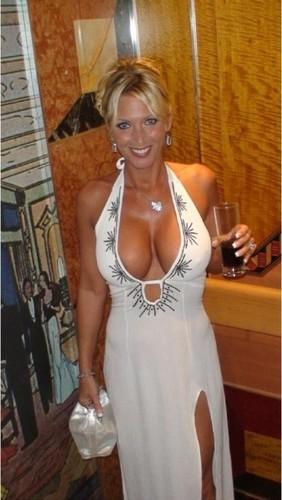 madura con vestido largo y un escote grande